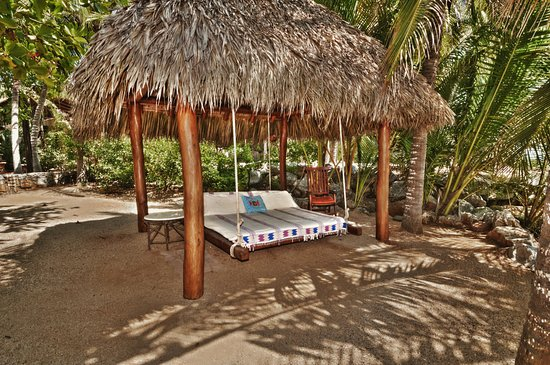 Troncones, Mexico: Luxurious King-size swinging bed at the beach.