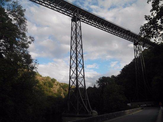 Gannat, Francja: Attention en traversant le pont routier...