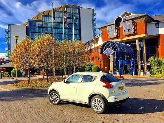 Salford, UK: My Nissan Juke in front of the hotel