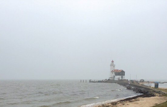 Marken, Nederland: Prachtige wandeling, juist ook op zo'n mistige dag als deze. Maakt het mysterieuzer en je 'hoort