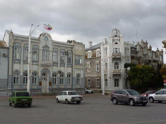 Yevpatoriya: Государственные здания на площади