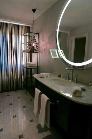 Hotel Maria Cristina, a Luxury Collection Hotel, San Sebastian: Large bathroom