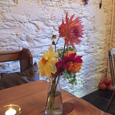 Rosscarbery, Irlanda: Always different and beautiful flowers on each table