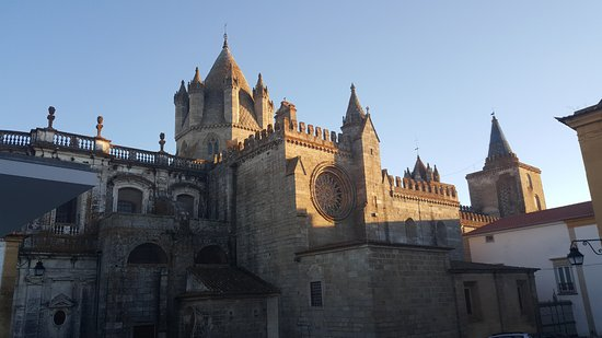 Albergaria do Calvario: Cathedral from the rear