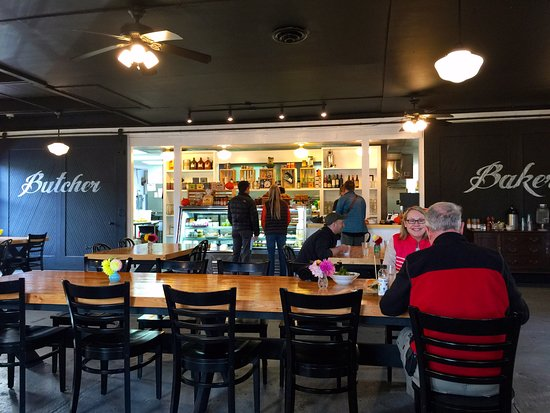 Port Gamble, WA: Family style seating as well as individual tables