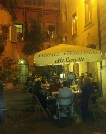 """Roma - Pizzeria """"Alle Carrette"""" : esterno nel vicolo omonimo."""