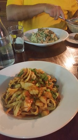 Holloways Beach, Australien: Wonderful seafood & pasta dishes along with pizza.