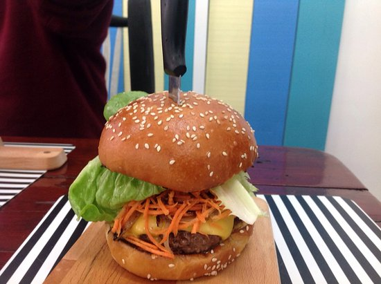 Rosebud, Australien: @henry's: house baked cakes, quiches, scones, muffins, pan cakes ..hand crafted burgers, delicio