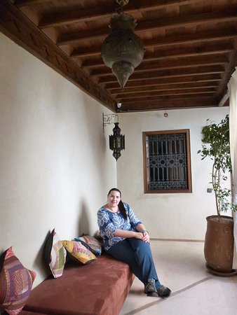 Riad Imilchil: Sillones en pasillos con cojines