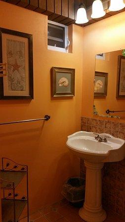 Esperanza Inn: Sink - the bathroom was pretty spacious