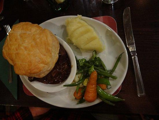 Shiel Bridge, UK: Sirloin steak pie with mashed potatoes. Delicious!