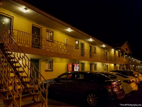 Budget Host Inn: outside, place fills up fast