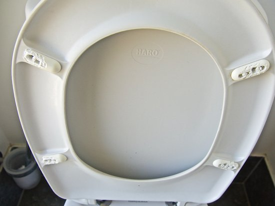 Island Views Palm Cove: Broken plastic toilet seat