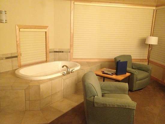 Tofte, MN: Giant tub and comfy chairs in Master Suite
