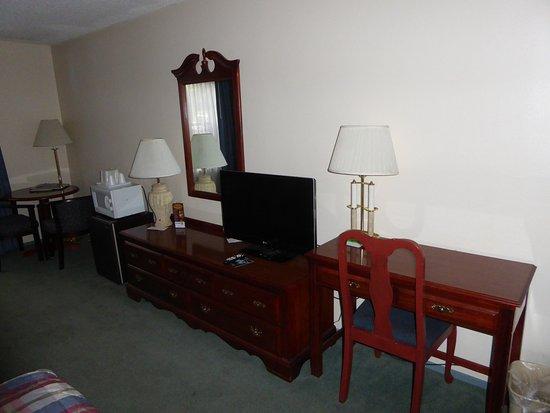 Carson City, NV: Desk, tv, fridge, microwave, and table