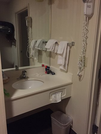 ClubHouse Inn West Yellowstone: Sink wth Mirroe. On Right hand side, there is toilet and a tub