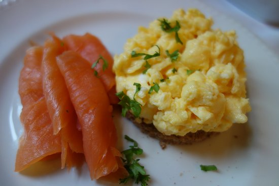 Avenue Guest House: Delicious smoked salmon and eggs