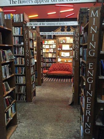 Alnwick, UK: Comfy sofas and a huge range of books