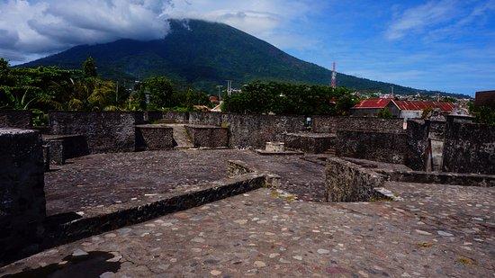 Kalamata Fort: pelataran benteng berlatar gunung gamalama