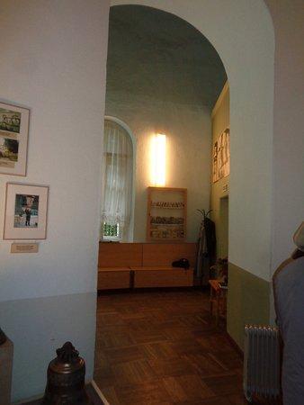 Valday, Ryssland: Скамьи у входа-в алтаре. Вид через арку на месте икон-дверей бывшего иконостаса.