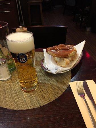 Käfer Bistro T2 am Flughafen: Beer and pretzel!