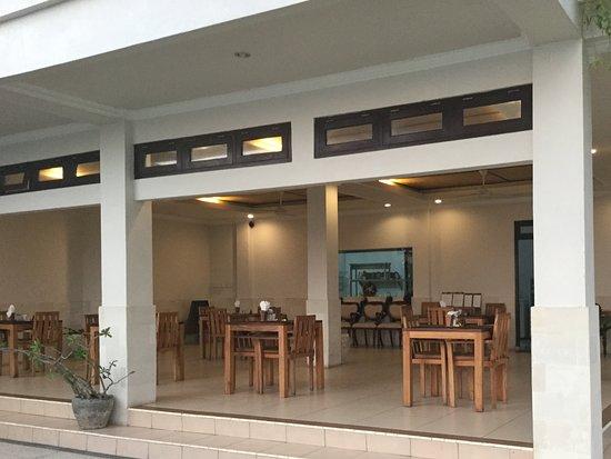 Hotel Genggong at Candidasa: The open restaurant