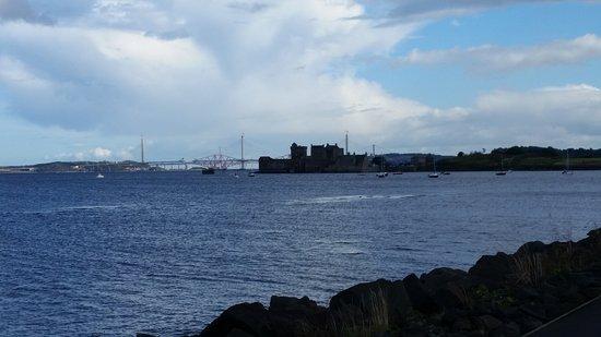 East Lothian, UK: Blick auf Blackness Castle mit Queensferry Brücken im Hintergrund