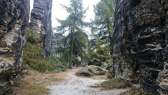Tisa, República Checa: Grüner Weg rechts vom Kassenhaus