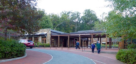 Charlottesville, VA: The visitors' center with parking adjacent - Just follow the signs.
