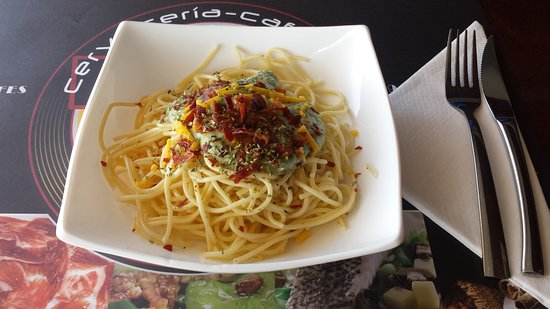 Almussafes, Spanje: Espaguetis con crema de espinacas y crujiente de serrano