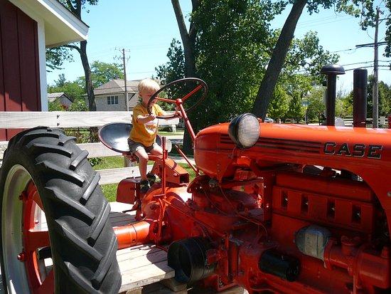 """เกลนวิว, อิลลินอยส์: """"I can drive this tractor!"""""""