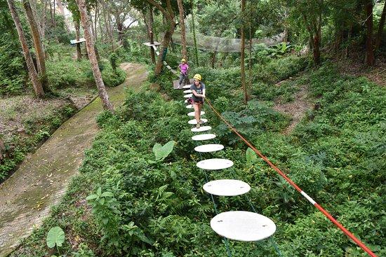 Jungle Xtrem Adventures Park: מקסים ללכת על העיגולים הללו שמחוברים בשני כבלים