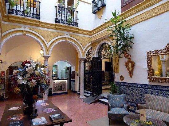 Hotel Abanico Sevilla: Public lounge area and reception