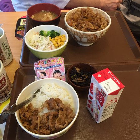 Itabashi, Japan: We needed to get away from the crazy crowd at Tsukiji market. So we pop in to recharge & had pea