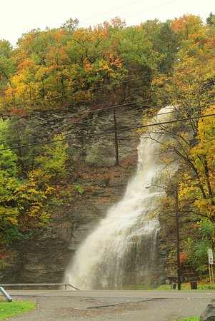 ‪‪Montour Falls‬, نيويورك: Aunt Sarah's Falls after a hard rain.  Showing her fall colors‬