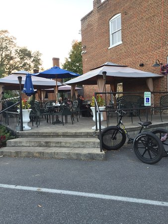 Scottsville, VA: outside seating area