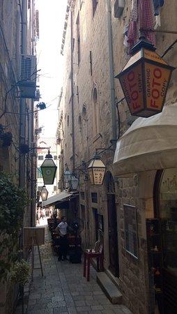 Synagogue: Il portoncino sulla destra, ingresso della Sinagoga