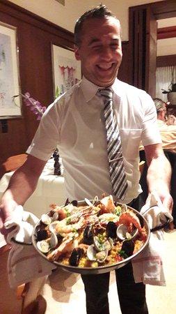 Restaurant Gonzalez: Simpatico waiter and the delicious paella