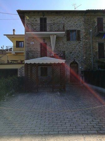 Magione, Italië: La struttura si presenta come da foto, veramente caratteristica.