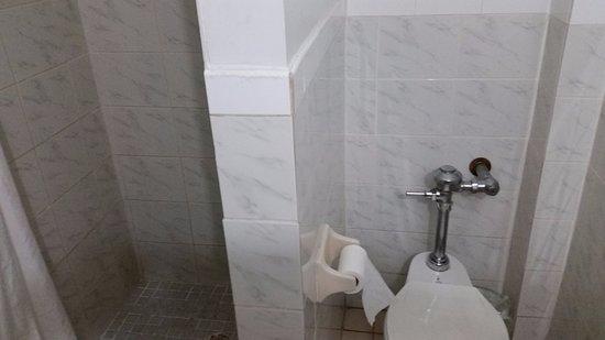 New Yorker Boutique Hotel: banheiro
