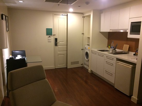 Phachara Suites: King size bed, washer/dryer, spacious room