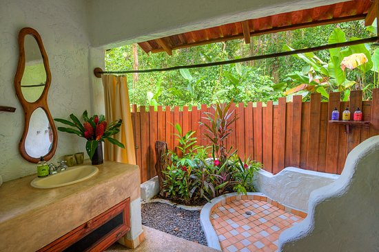 Playa Nicuesa Rainforest Lodge: Open air bathrooms in all our suites