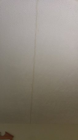 Bridgeport, Virginia Occidental: Crack in the ceiling