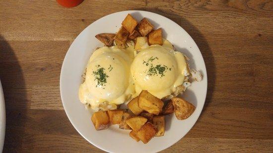 Red Skiff Restaurant: Crab Cakes Egg Benedict