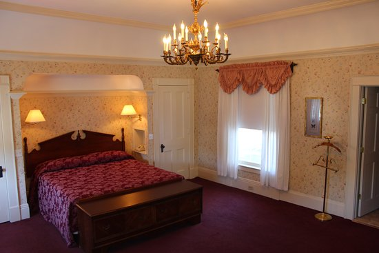 Fredonia, NY: Presidential King Suite  (272)