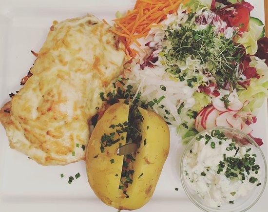 Эльтвилль-ам-Райн, Германия: Schweinerückensteak mit Karottenstreifen, Kürbis und Käse überbacken an herbstlicher Salatbeilag