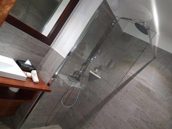 douche italienne avec toilettes derri¨re la porte de Le