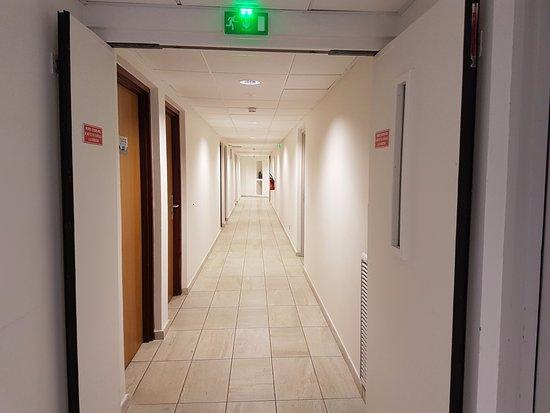 le couloir dans l\'hôtel on dirait un couloir d\'hôpital sans déco ...