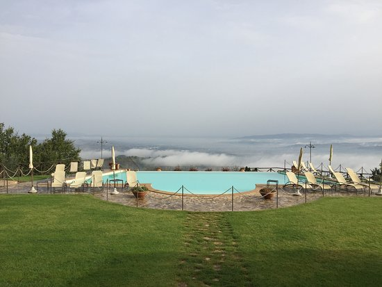 Fratta Todina, Italia: The hotel is set up high above Umbria and in the morning the clouds fill the valley.