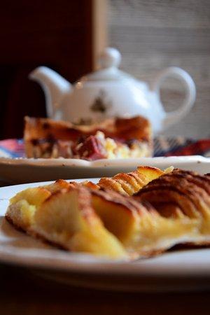 Le Salon d'Hugo: Tarte aux pommes correcte et tarte aux prunes très moyenne. Ces tartes sont à l'air libre !!!!